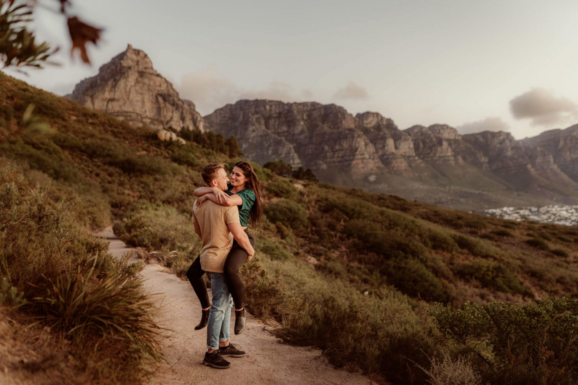 engagement_CapeTown_session_hike_city-mountains-couple-hugging