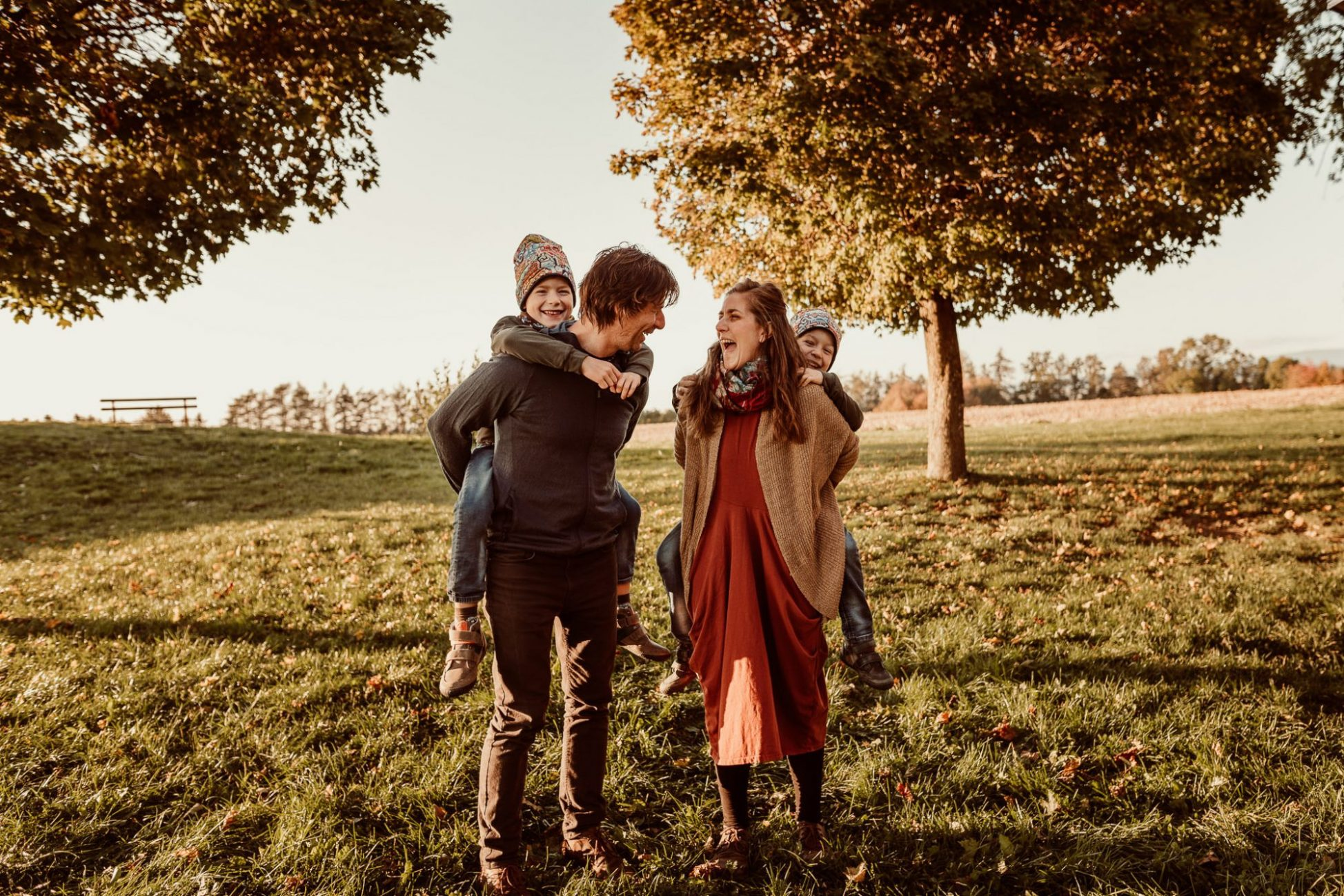autumn-czech-republic-family-photoshoot-golden-hour-big-family-cr8tive-duo_photography